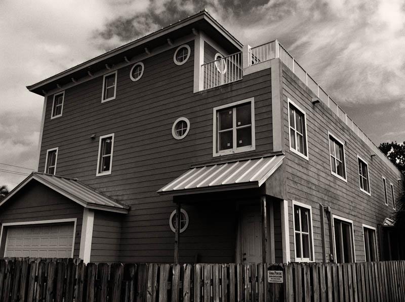 Monotone-house